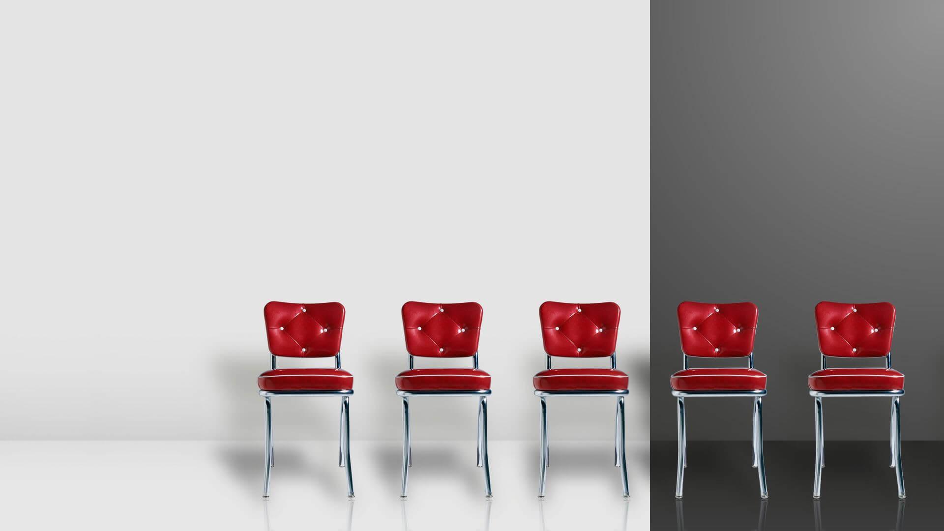 Fila de sillas rojas