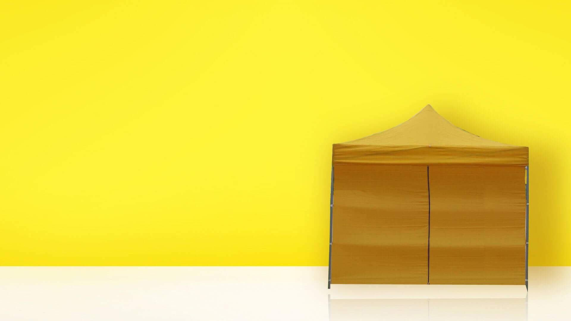 Carpa color mostaza sobre fondo amarillo
