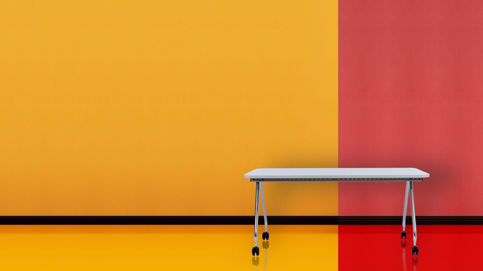 Mesa con ruedas sobre fondo amarillo y rojo